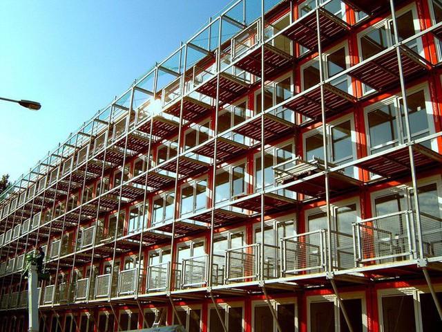 Dù được lắp ghép từ container nhưng độ bền và khả năng chống chịu thời tiết của tòa nhà khá ấn tượng.