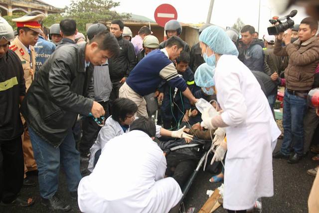 Lực lượng chức năng sơ cứu một nạn nhân bị trọng thương và kẹt cứng trong cabin vừa được đưa ra ngoài.