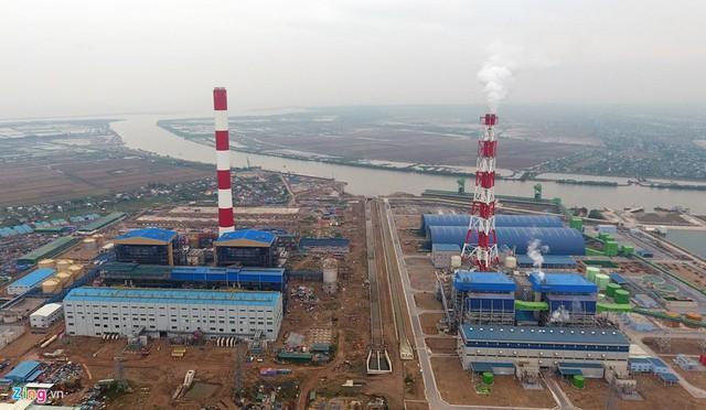 Dự án nhiệt điện Thái Bình 2 nằm ngay bên cạnh nhiệt điện Thái Bình 1 (bên phải). Theo kết luận của Kiểm toán Nhà nước, dự án xây dựng Nhà máy nhiệt điện Thái Bình 2 có hợp đồng EPC nhà máy chính quy định cấp chứng chỉ hoàn thành tạm thời tổ máy số 1 vào tháng 1/2015, tổ máy số 2 vào tháng 7/2015.