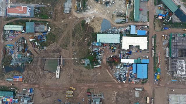 Ngay cổng vào dự án, nhiều công trình vẫn ngổn ngang.