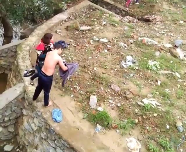 Anh Dương Hải Cường sau khi lao xuống sông cứu thành công một phụ nữ tự tử.