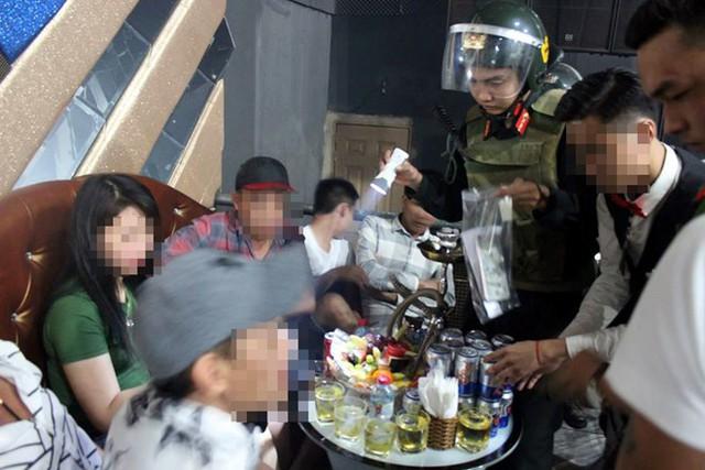 Nhiều khách bị kiểm tra trong quán bar. Ảnh: N.A.