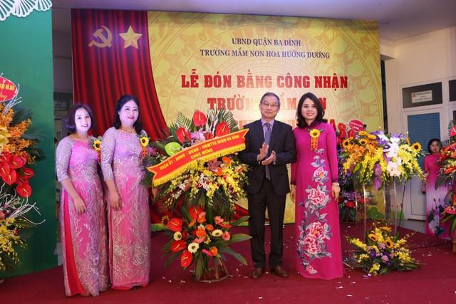 Đc Nguyễn Quang Trung - Ủy viên ban thường vụ - Phó chủ tịch UBND Quận Ba Đình tặng hoa chúc mừng nhà trường