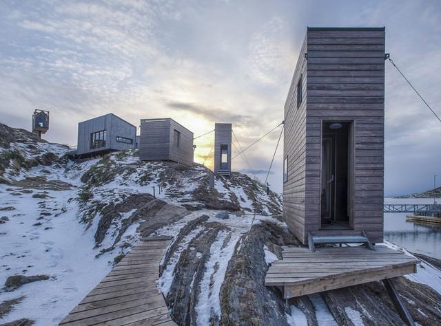 Các cabin cheo leo giữa vách núi của Fleinvær Refugium.