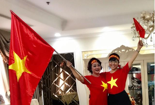 Ngoài những giây phút nghẹt thở, sự có mặt của hai nghệ sĩ Trà My, Thảo Vân đã làm cho không khí buổi xem trận đấu tràn ngập tiếng cười