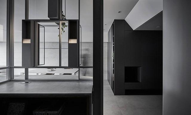 Bằng việc tận dụng ánh sáng, ngôi nhà được mở rộng không gian cũng như tạo nhiều góc cạnh.
