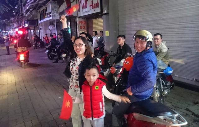 Người dân đi đường cũng rất vui khi chứng kiến cảnh dòng người xuống đường ăn mừng chiến thắng của đội tuyển U23 với những đạo cụ độc.