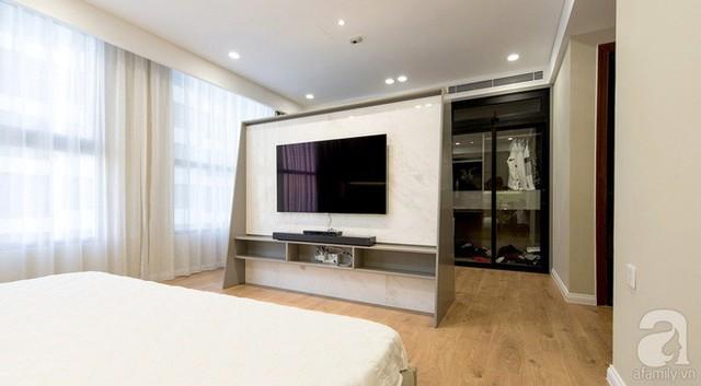 Phòng ngủ vô cùng ấn tượng với bức tường đầu giường và vách ngăn chia khu vực để đồ với nơi nghỉ ngơi.