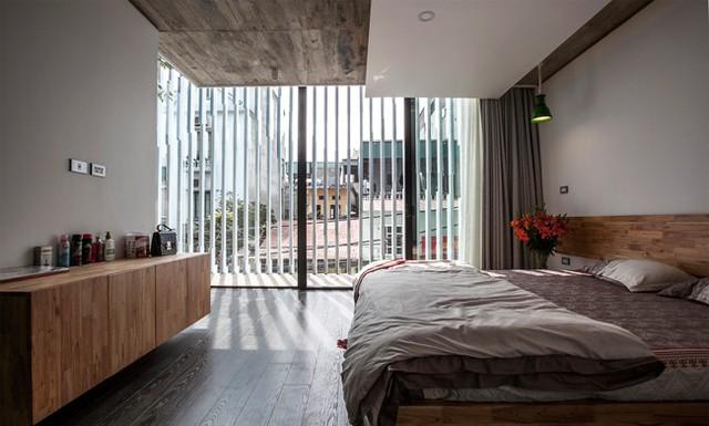 Phòng ngủ chính kết nối với phòng tập thể dục ở tầng 3 thông qua một cầu thang dạng tròn độc đáo.