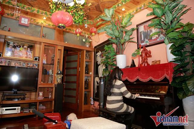 Thời gian rảnh, NSND Lan Hương lại ngồi vào đàn để thư giãn.