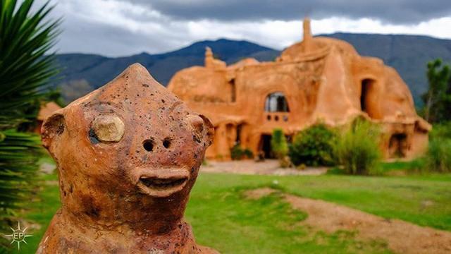 Thiết kế ngôi nhà này, Octavio Mendoza muốn chứng minh có thể tận dụng các vật liệu tự nhiên như đất sét để làm thành nhà ở.