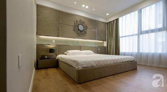 Ánh sáng là một phần thành công trong thiết kế căn hộ, ánh sáng tự nhiên bắt nhịp hài hòa với ánh sáng của đèn âm trần cho căn phòng dịu dàng, ấm cúng.