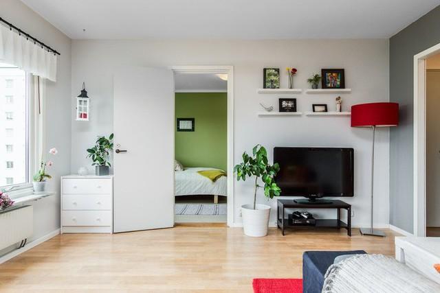 Sắc trắng được sử dụng với mục đích cân bằng không gian, không để cảm giác chật hẹp, u tối có mặt tại phòng khách.