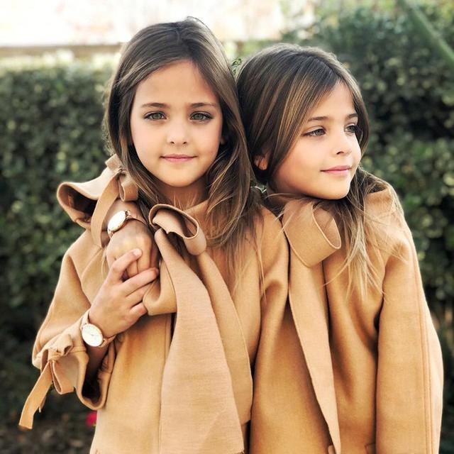 Leah và Ava rất nhanh chóng trở nên nổi tiếng như cồn, nhiều công ty người mẫu sau đó cũng lần lượt kéo đến đề nghị ký hợp đồng với hai cô bé.
