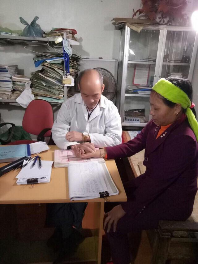 Bệnh nhân các nơi đang được Lương y Ân Văn Thành thăm khám bệnh