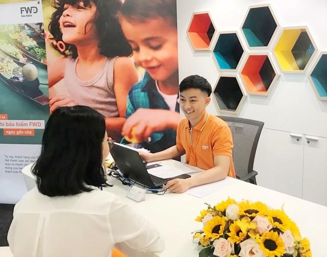 Nhân viên Công ty Bảo hiểm Nhân thọ FWD Việt Nam đang tư vấn cho khách hàng