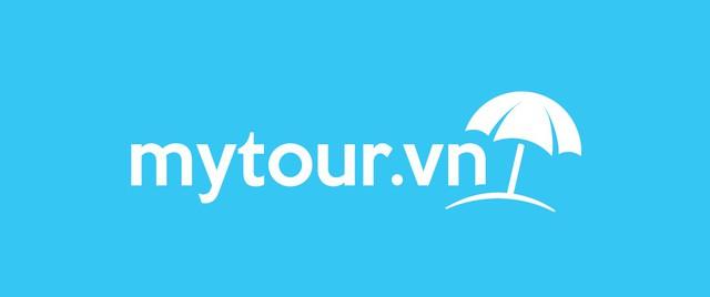 Logo màu trắng trên nền xanh - Ảnh: Mytour.vn
