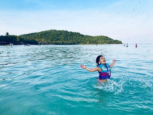 Mặc dù mới hơn 4 tuổi nhưng Na rất bạo dạn, thoả thích nô đùa ở biển.