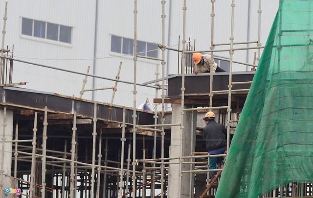Vài công nhân làm việc tại một số tổ hợp tòa nhà phía ngoài dự án.