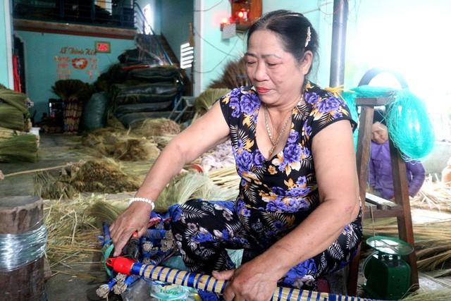Lượng tiêu thụ chổi năm nay tại Chiêm Sơn nhỉnh hơn 30% so với năm ngoái khiến người dân vui mừng phấn khởi