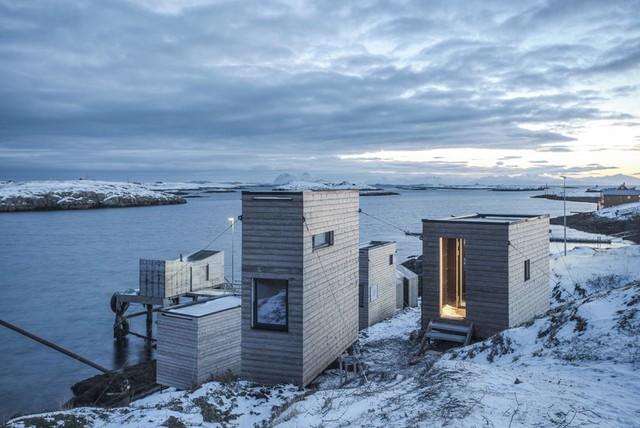 Có thể di chuyển được và thân thiện với môi trường, các cabin của resort được thiết kế cửa sổ dài từ sàn lên trần để hứng trọn vẻ đẹp của bình minh và hoàng hôn vùng Bắc Cực.