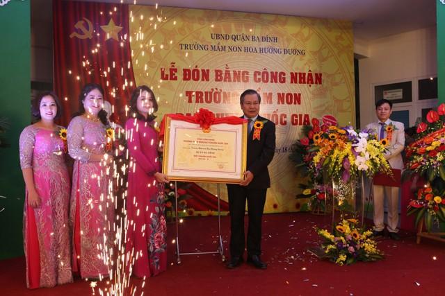 Ông Lê Ngọc Quang – Phó giám đốc Sở giáo dục và đào tạo Hà Nội trao bằng công nhận trường chẩn quốc gia cho tập thể nhà trường
