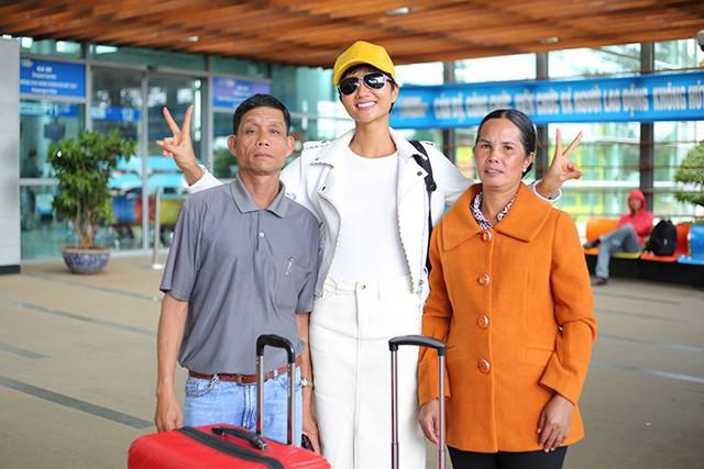 Sau 16 ngày đăng quang, HHen Niê mới được về thăm quê. Tuy nhiên, trong hai ngày ngắn ngủi, Hen tham gia rất nhiều hoạt động nên cũng không có thời gian dành cho bố mẹ. Trưa qua, bố mẹ cô đã mở tiệc, mời hàng trăm người đến để mừng con gái trở thành tân Hoa hậu Hoàn vũ Việt Nam. Đây là lần đầu tiên một người đẹp Tây Nguyên đăng quang Hoa hậu.