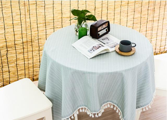 Những bộ khăn trải bàn cho bàn tròn cũng có rất nhiều mẫu mã để bạn lựa chọn thay đổi theo mùa.