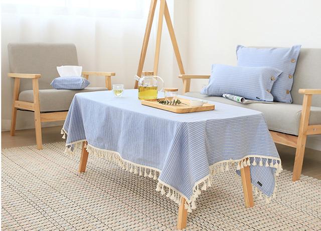 Ngoài việc sử dụng khăn trải bàn cho bộ bàn ăn của gia đình, bạn còn có thể lựa chọn chúng để tân trang cho chiếc bàn trà phòng khách.