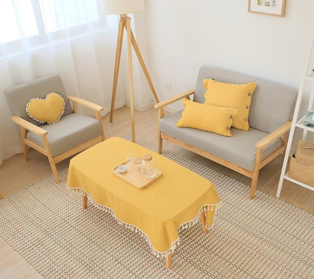 Chiếc bàn trà nhỏ phòng khách rõ ràng trông bắt mắt hơn với chiếc khắn trải bàn mang sắc tươi rực rỡ.