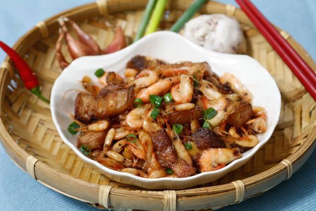 Xúc tôm rang thịt ba chỉ ra đĩa và thưởng thức với cơm nóng.