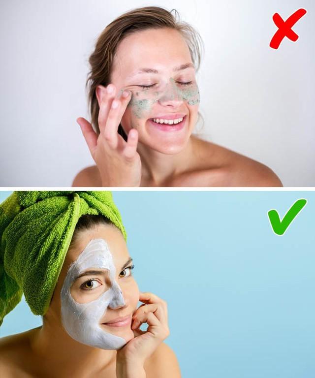 Việc tẩy da chết quá nhiều sẽ gây hại cho da, làm mất nước. Lựa chọn tốt hơn dành cho bạn đó là dùng mặt nạ dạng lột chứa axit lactic hoặc glycolic.