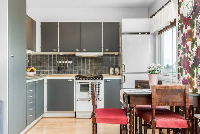 Nhà bếp được thiết kế hoàn toàn đồng điệu với không gian phòng khách của căn hộ.