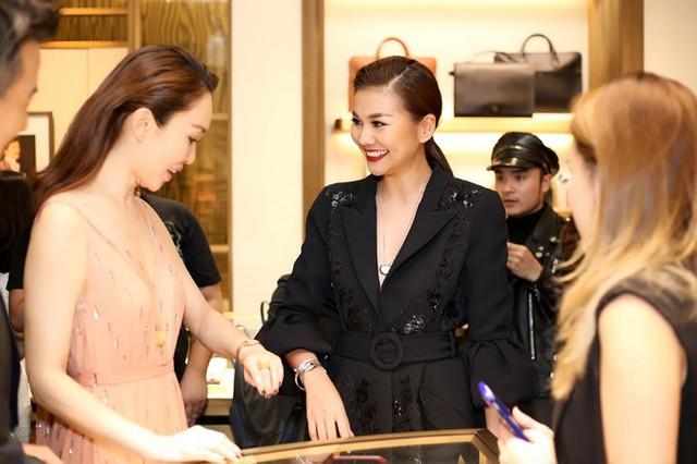 Hai người đẹp trò chuyện về thời trang và những chiếc đồng hồ đắt giá.
