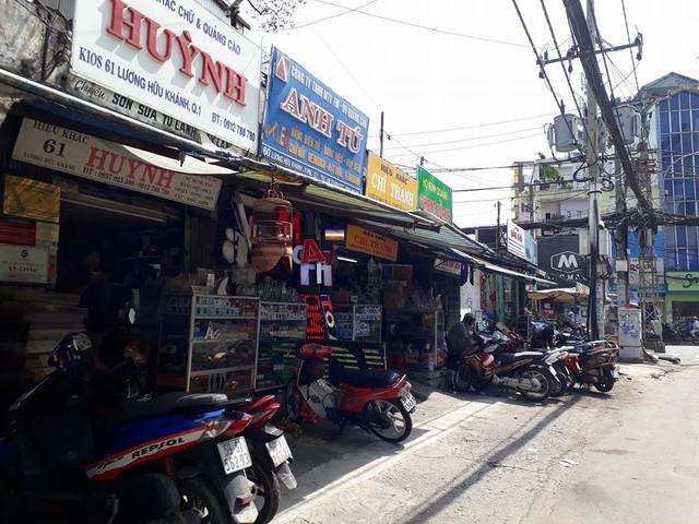 Nhiều cửa hàng lấn chiếm vỉa hè trên đường Lương Hữu Khánh