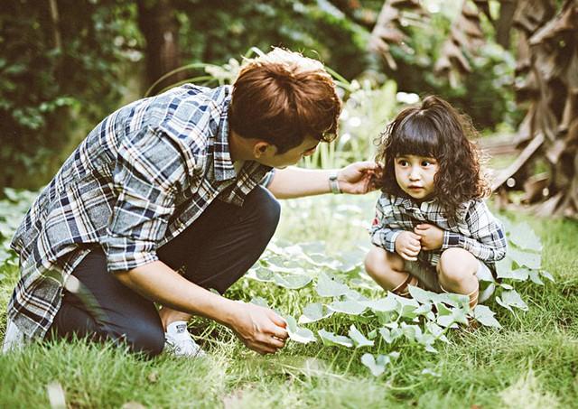 Cô bé rất lém lỉnh, đáng yêu. Nam ca sĩ tâm sự, anh khá bận rộn nên chỉ còn ngày cuối tuần ở nhà đưa con đi chơi, khám phá thiên nhiên.