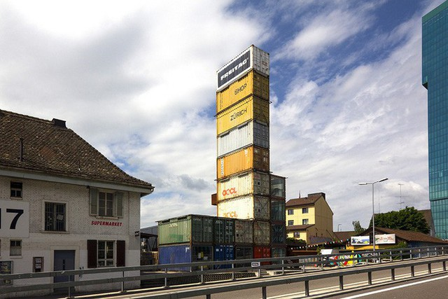 Công ty xây dựng tòa nhà là The Freitag Messenger Bag. Bốn tầng đầu tiên của tòa nhà được sử dụng để trưng bày cửa hàng, trong khi những căn hộ trên dùng để làm nhà kho và phục vụ khách tới tham quan tầng thượng.