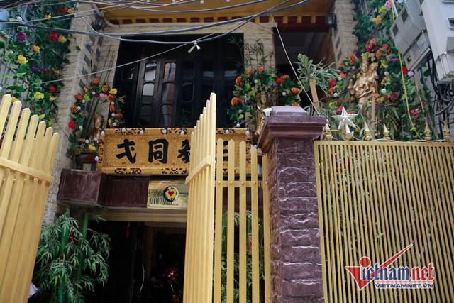 Cổng vào nhà thờ của NSND Lan Hương khiến nhiều người thấy kỳ lạ bởi một bên là tượng Phật, một bên tượng Thiên Chúa, phía còn lại là ban thờ Mẫu.