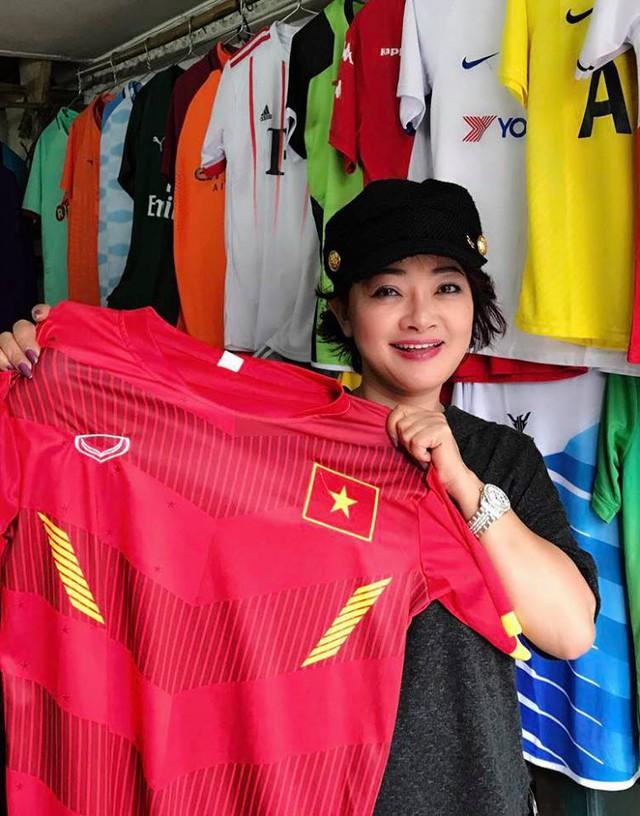 """Với tinh thần yêu bóng đá một cách """"có tổ chức"""", nghệ sĩ Trà My đã mua áo cờ đỏ sao vàng cho các cổ động viên để không khí thêm phấn chấn"""