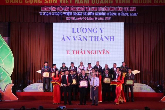 """Lương y Ân Văn Thành nhận giải thưởng """"thầy thuốc cộng đồng"""" năm 2017"""