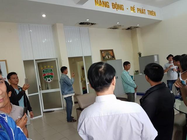 Những ngày gần đây, người dân khu Việt Sing treo băng rôn lên công ty Becamex và CP Bóng Đá để đòi quyền lợi