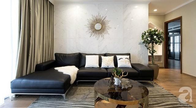 Khu vực tiếp khách đẹp sang trọng với sofa da và gối tựa cùng tông với màu tường. Những sắc màu trung tính của thảm, bàn trà hay rèm cửa tăng sự kết nối đẹp mắt và hiện đại cho không gian.