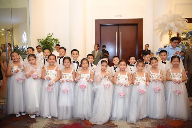 Dàn thiên thần sẽ rắc hoa cho ca sĩ chuyển giới bước vào lễ đường.