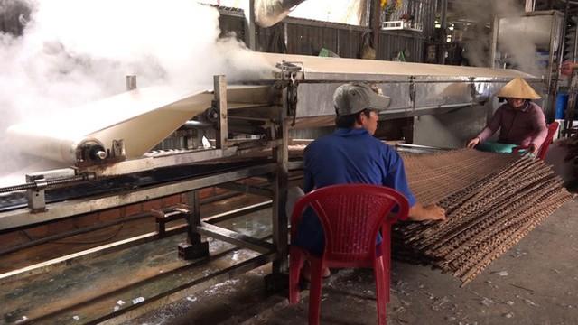 Tráng bánh tráng bằng máy sẽ cho ra sản lượng nhanh gấp 10 lần so với tráng thủ công