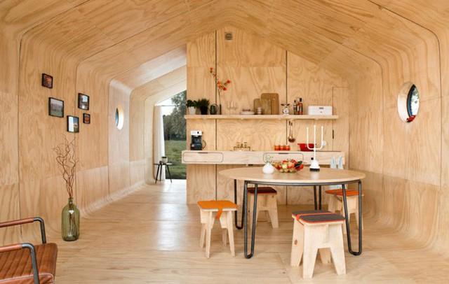 Không gian bên trong đủ rộng để bạn chọn lựa cách trang trí, thêm kệ hay tạo các khu vực chức năng nhờ vách ngăn và những nội thất dạng gấp.