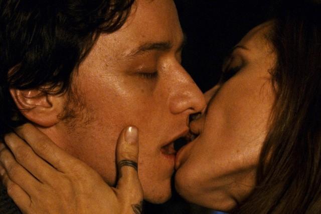 """Angelina Jolie & James McAvoy trong Wanted (2008): Angelina Jolie có lẽ là """"bạn diễn trong mơ"""" của không ít tài tử tại Hollywood, và James McAvoy đã có cơ hội đó với tác phẩm hành động Wanted. Anh thậm chí còn được hôn say đắm Jolie trước ống kính. Song, đây là trải nghiệm đáng quên của tài tử người Scotland. McAvoy hồi tưởng: """"Chuyện đó rất kỳ quặc và người tôi cứ thế tuôn mồ hồi. Chắc chắn rằng Brad Pitt sẽ chẳng thấy ghen tị chút nào bởi cảnh quay ấy""""."""