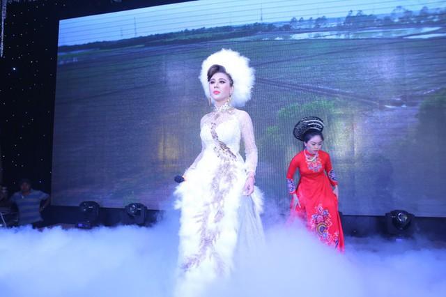 Trong tiệc cưới, cô dâu Lâm Khánh Chi thay bộ váy đính lông vũ lộng lẫy.