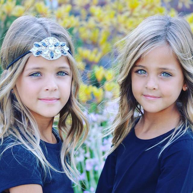 Cậu anh trai Chase Robert của hai cô bé cũng đã tham gia vào công ty người mẫu cùng các em. Nhiều người nghĩ rằng Jaqi thật may mắn khi sinh được cả ba đứa con đều xinh đẹp tựa thiên thần, tuy nhiên nhìn ảnh của vợ chồng cô, người ta cảm thấy hóa ra nét xinh đẹp đó hóa ra cũng là thừa hưởng từ gien của cả hai bố mẹ.