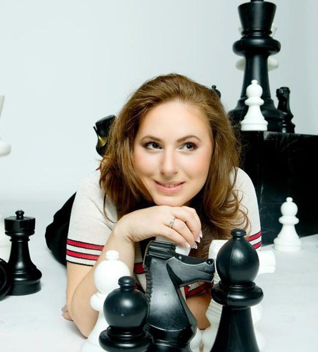 Judit Polgár là một trường hợp thú vị. Cha cô, László, một nhà tâm lý học giáo dục, đã thuyết phục rằng những tài năng bẩm sinh sẽ có ít kết quả hơn là những tài năng được huấn luyện thích hợp. Judit Polgár được nhìn nhận là kỳ thủ nữ mạnh nhất thế giới từ trước tới nay. Năm 1991, Polgar đạt danh hiệu kiện tướng lúc 15 tuổi 4 tháng, vào thời điểm đó là kỳ thủ trẻ nhất đạt được danh hiệu này, phá vỡ kỷ lục trước đó do cựu vô địch thế giới Bobby Fischer nắm giữ. Cô cũng là kỳ thủ trẻ nhất từng vào Top 100 kỳ thủ của FIDE, được xếp thứ 55 trong danh sách ở tuổi 12. Vào năm 2005, Judit là người phụ nữ duy nhất được chọn để tham gia một giải đấu vô địch thế giới với đỉnh cao sự nghiệp xếp hạng 8 trên toàn thế giới.
