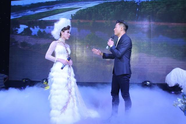 Cô cùng song ca bài hát Em đi lấy chồng với diễn viên Quý Bình. Đây là nhạc phẩm mà ca sĩ chuyển giới Lê Duy - người bạn thân của Lâm Khánh Chi viết tặng riêng cho cô trong ngày lên xe hoa.